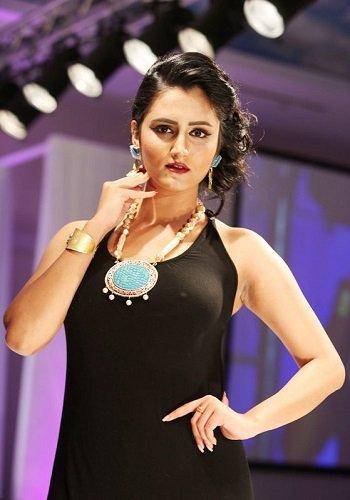 05a8ade11 الرئيسية/منوعات/ازياء/بالصور.. أزياء عمانية بلمسة عصرية فى معرض الموضة  النسائية بمسقط